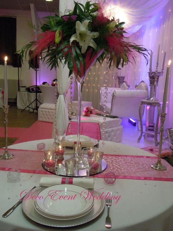 décoration argent/fushia avec vase martini et fleurs,rideaux lumineux ...