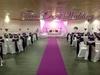 Décoration de salle avec rideaux lumineux et coin mariés