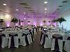 Décoration violet/argent avec composition florale, rideaux lumineux et spots d'ambiance ...