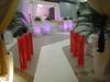 Entrée de salle en blanc et rouge avec pots lumineux